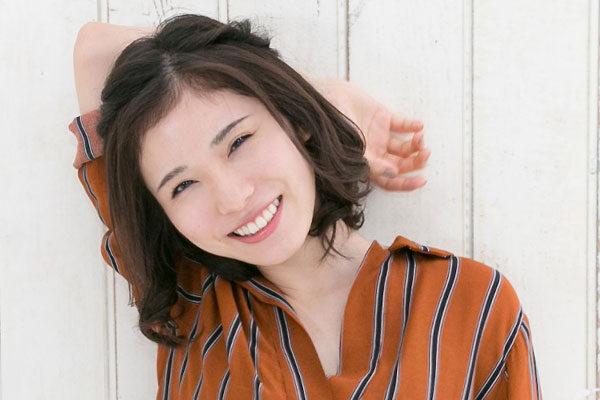 松岡茉優さんと熱いハグをする二人の父親!?えっ、父親が二人もいるって一体どういうことなの?